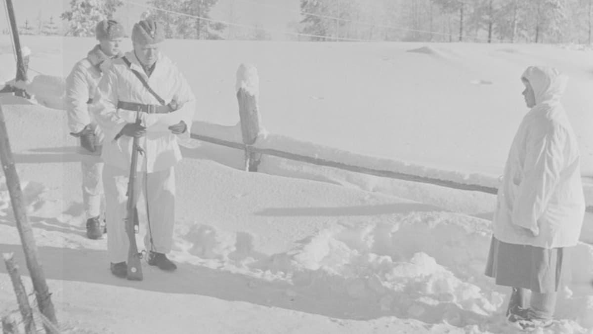 Eversti Svensson lukee Simo Häyhälle myönnettävää kunniakirjaa. Hänen kädessään on ruotsalaisten lahjoittama kivääri.
