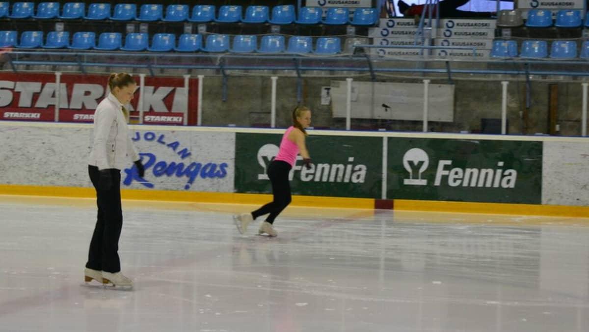 Päävalmentaja Miia Hyttinen ja luistelija Saara Järvinen Mehtimäen jäähallissa.