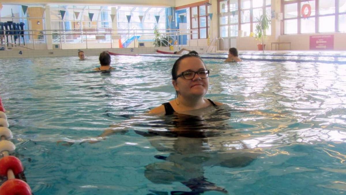 Nainen juoksee vedessä uimahallissa.