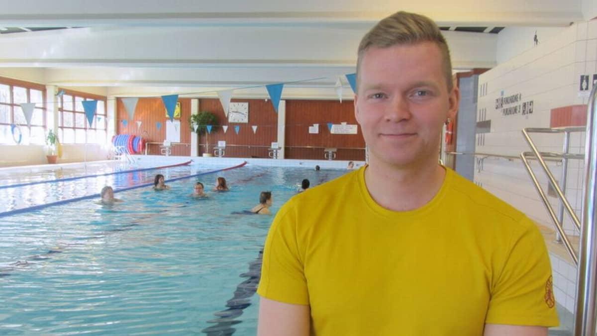 Uimavalvoja Jukka Tuorila uima-altaan reunalla.