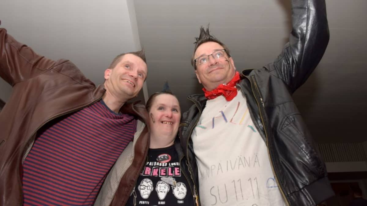 (Vasemmalta oikealle) Eero, Tomi ja Kari fanittavat Pertti Kurikan Nimipäiviä
