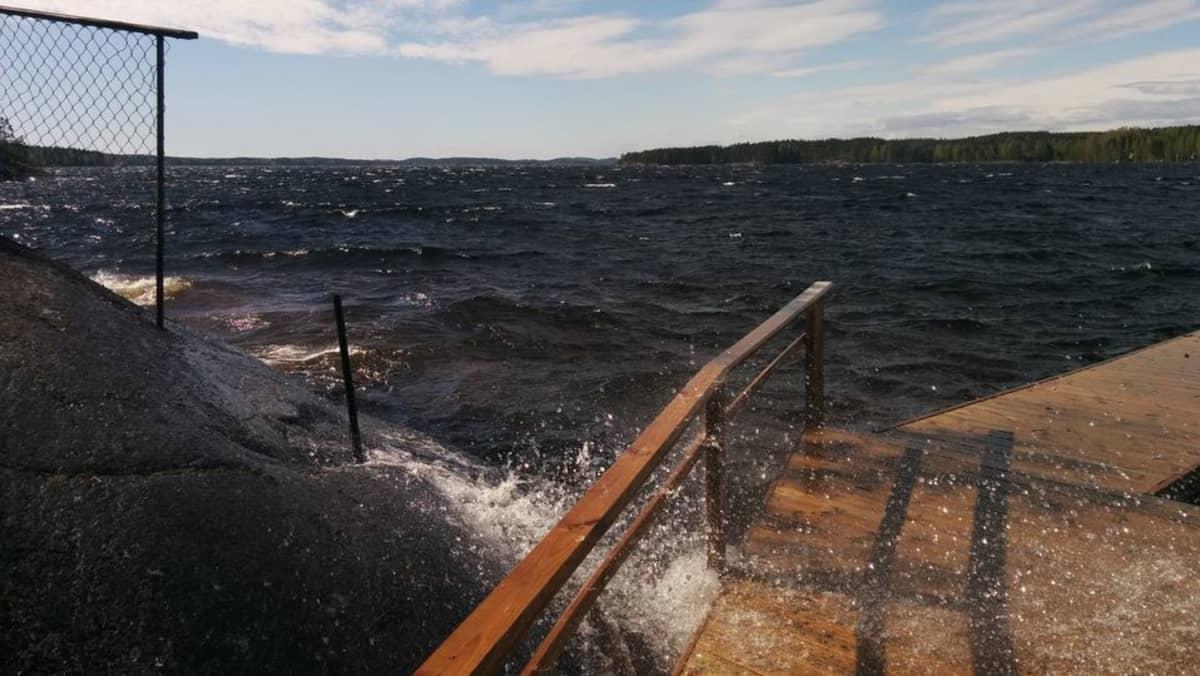 Kovan tuulen nostattama aallokko Saimaalla