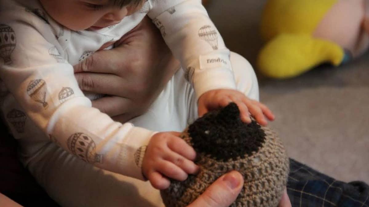 Vauva leikkii virkatulla tissillä
