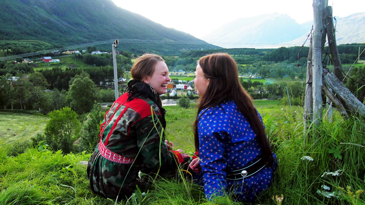 Saamelaisen Suvi Westin uusi 70-minuuttinen dokumentti Sparrooabbán on henkilökohtainen elokuva hänen siskostaan, jonka valitsema tie on konservatiivisessa saamelaisyhteisössä tabu: rakkaus toiseen naiseen.