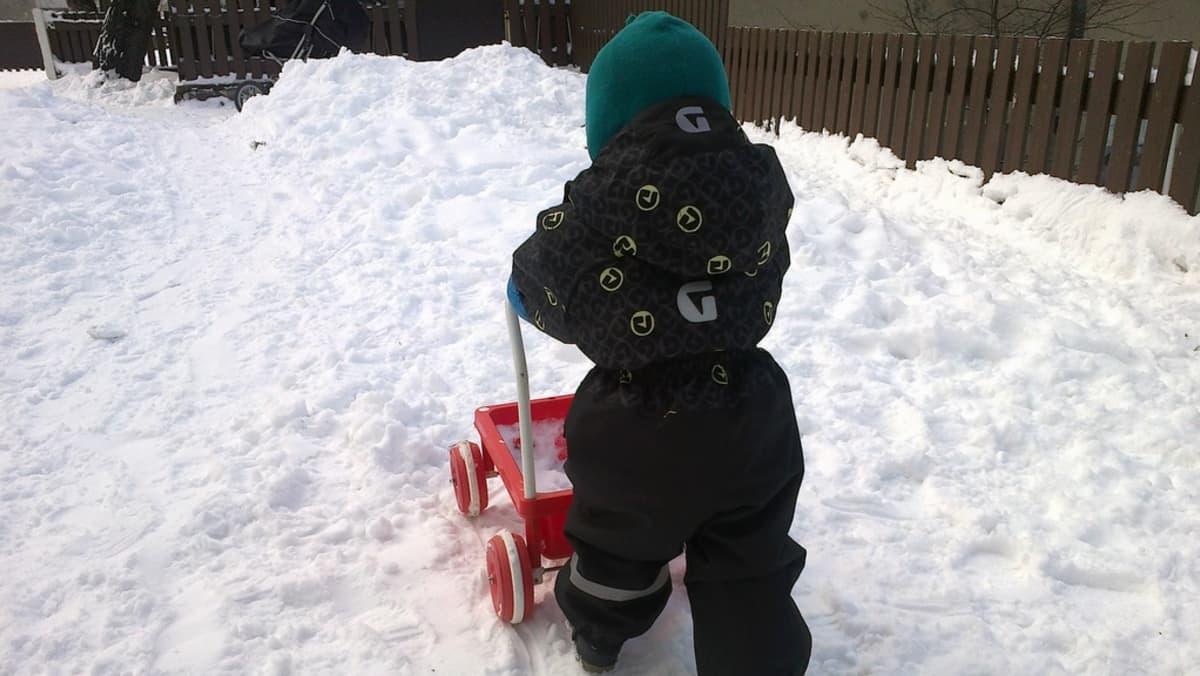 Lapsi ulkoilee päiväkodin pihalla.