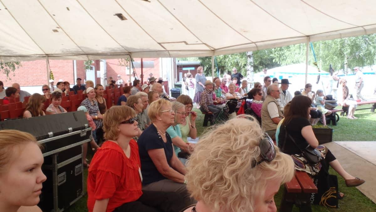 Yleisöä Rääkkylän Kihaus Folkissa.