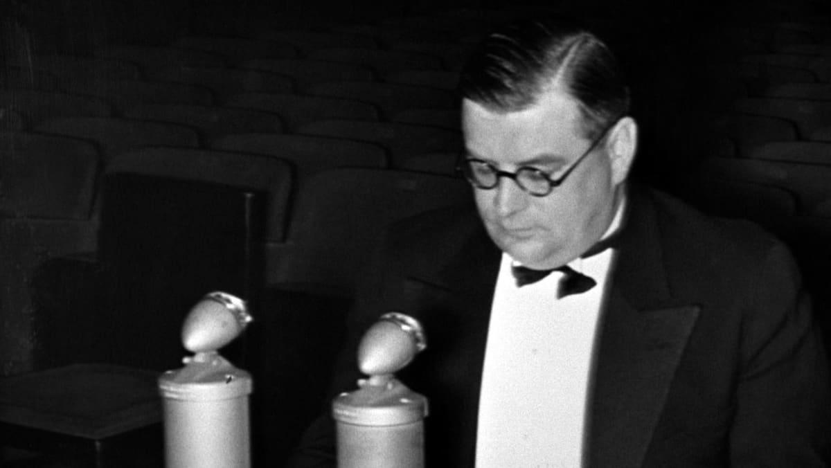 Ulkoministeri Erkko puhuu ensimmäisessä Yhdysvaltoihin radioidussa lähetyksessä uudenvuodenpäivänä 1939.