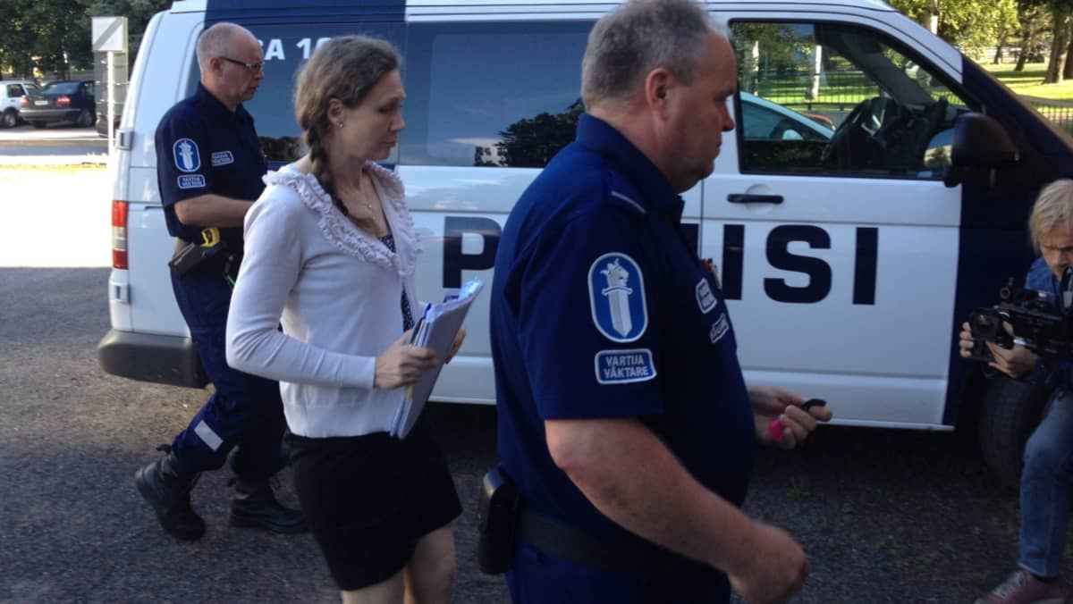 Anneli Auer saapumassa oikeuteen 21.8.2013