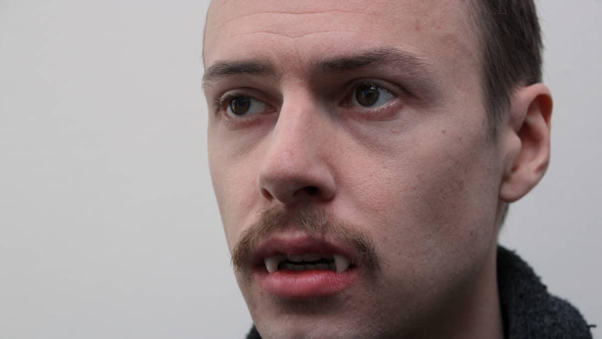 Lyhytelokuvassa pääosaa näyttelevä Petteri Palonen hirviöksi muuntautuneena.