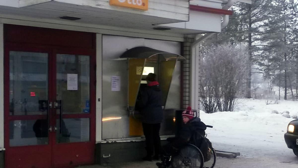 Lumijoen ainoa pankkiautomaatti.