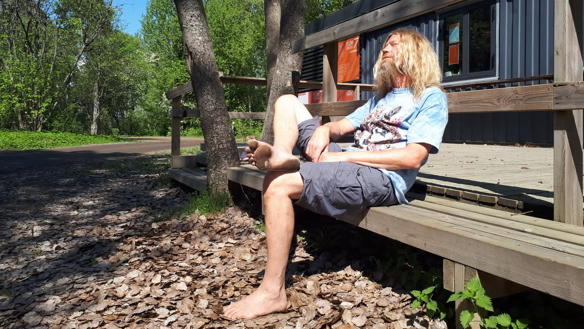 Roi Ronkainen esittelee jalkapohjiaan