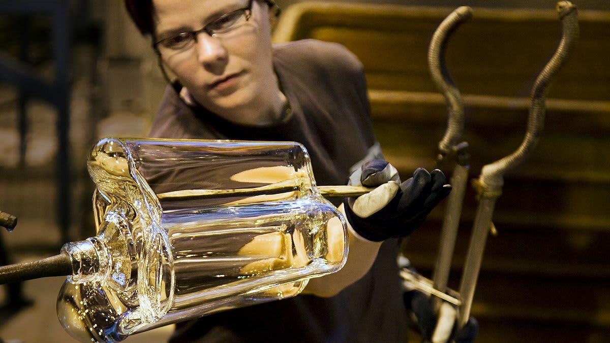 Lasinpuhaltaja muotoilee Aalto-vaasia