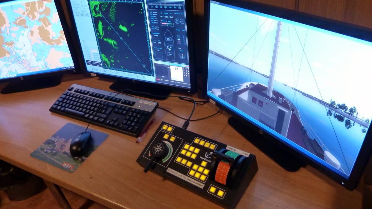 Merenkulun opetus on modernisoitunut ja opettaja hyödyntää tietokonetta ja dokumenttikameraa. Alinna kuvassa on laivan ohjausjärjestelmä.