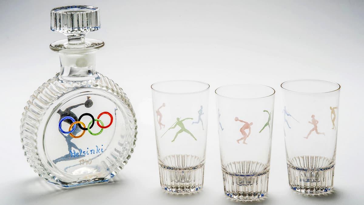 Olympiarenkain koristeltu karahvi ja kolme lasia