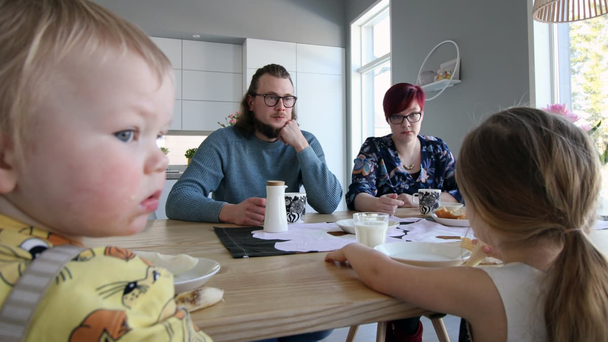 Jaakko Palmunen, Niina Palmunen ja lapset keittön pöydän ääressä.