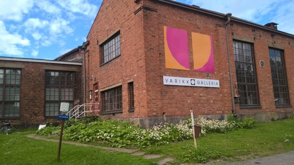 Varikko Gallerian tilat ja taiteilijoiden työtilat saneerattiiin vanhan veturitallin sivuvarastoon Seinäjoella.