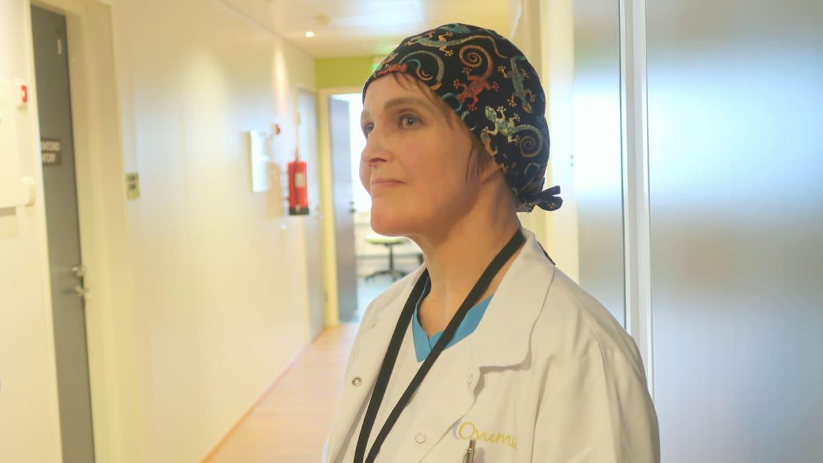 Laboratoriojohtaja Kirsi Kananen työpaikkansa Ovumia Fertinovan käytävällä