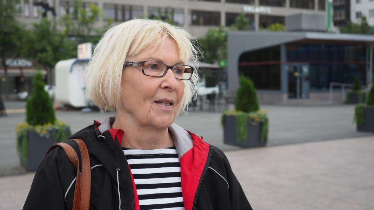 Karjalanpiirakoiden, kukkasten ja kahvin tuoksu, ystävälliset ihmiset, Ilomantsissa mökkeilevä vantaalainen Irja Koljonen luettelee Joensuun torin valtteja.