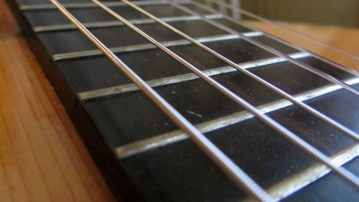 Lähikuva kitaran kielistä.
