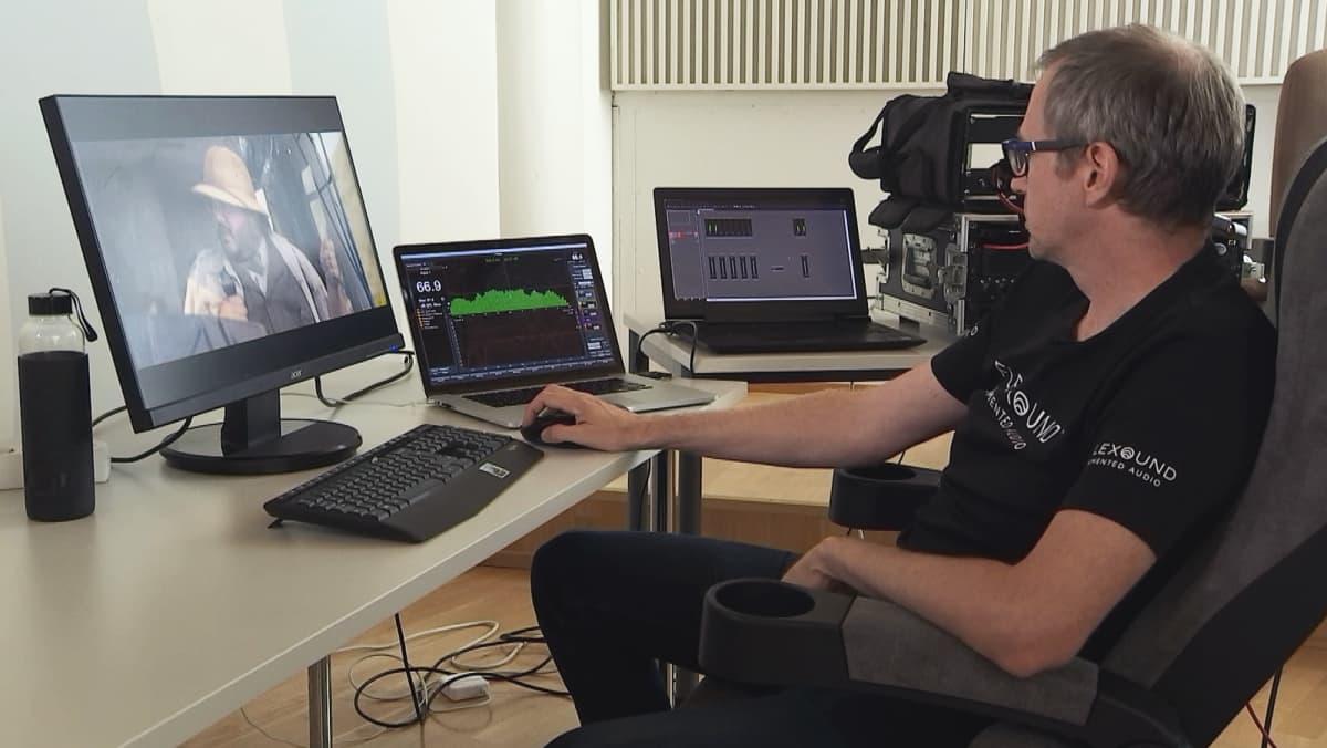Flexoundissa testataan elokuvateatterituolin äänentoistoa