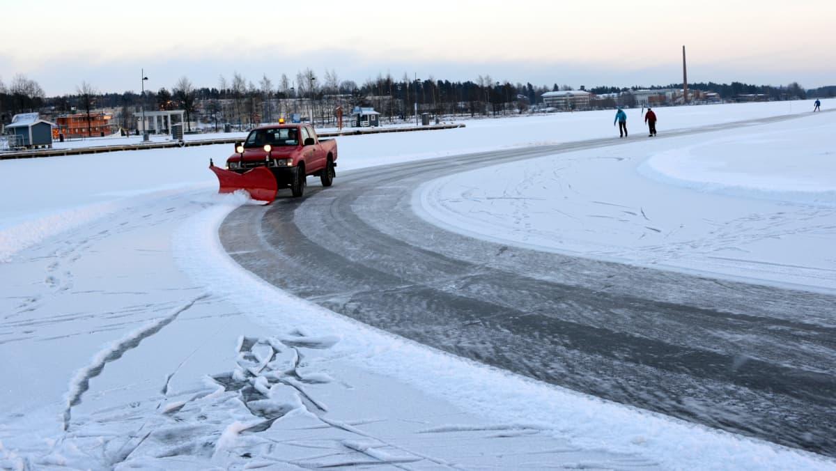 Auto auraa lunta Kuopion jäämaratonradalla.