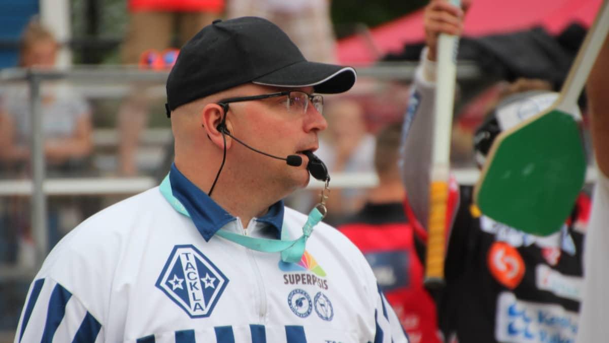 Syöttötuomari Jesse Mäkinen.