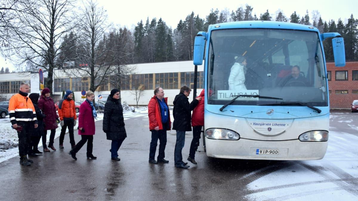 Opettajia astumassa linja-autoon