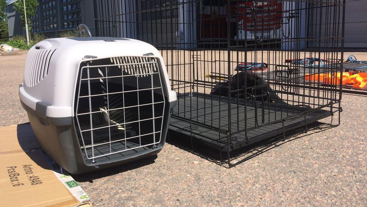 eläinten kuljetuslaatikoita rivissä, eläinpelastus, Kymenlaakson pelastuslaitos, Kotkan paloasema