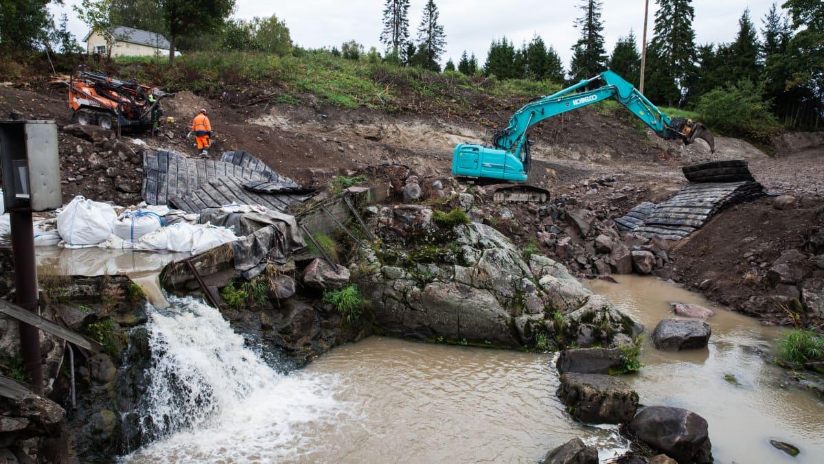 Siuntion Kirkkojokeen rakennetaan parhaillaan kahta luonnonmukaista kalatietä.