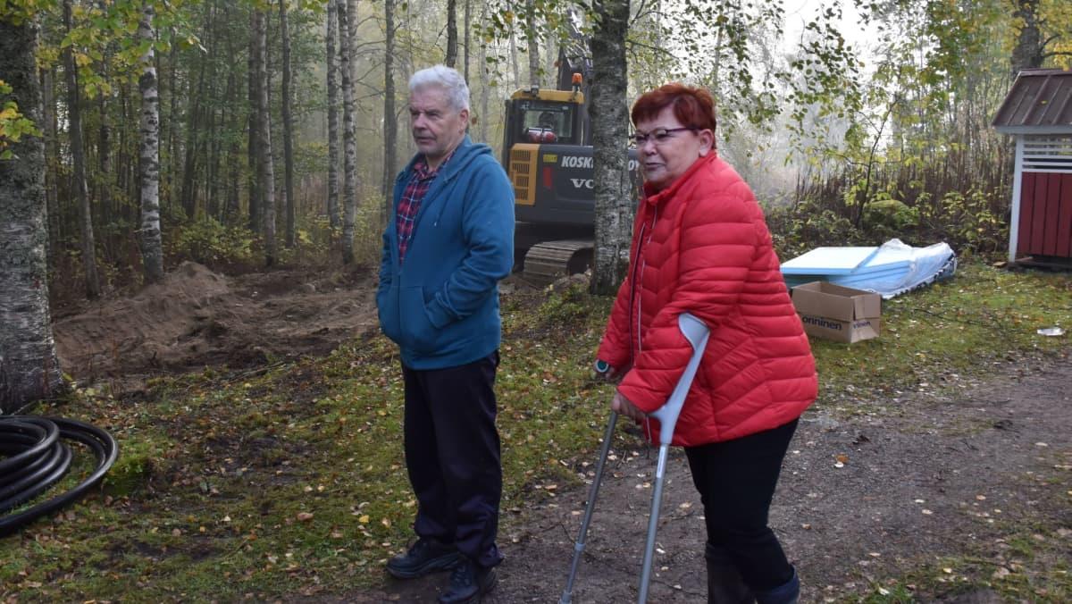 Sulo ja Lea Järviluoma kotipihallaan.