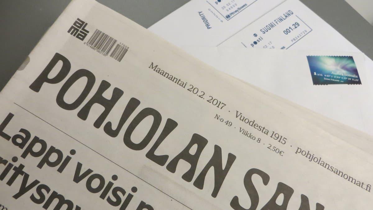 Pohjolan Sanomat ja kirjeitä pöydällä.