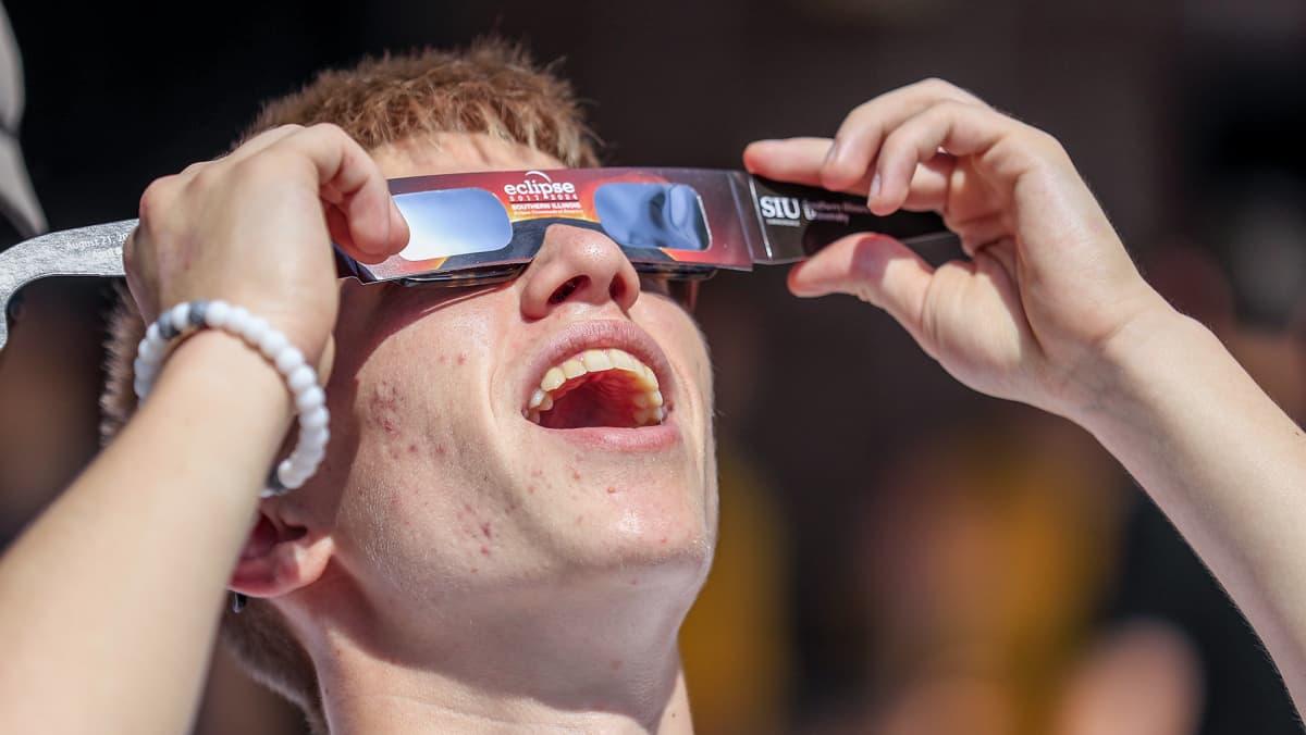 mies katsoo aurinkolaseilla taivaalle