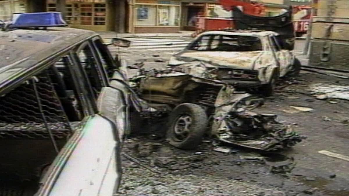 Mikkelin panttivankidraaman räjähdyksessä tuhoutuneita autoja 9.8.1986.