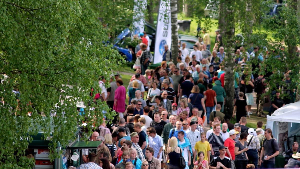 Ihmisiä tungeksi kapeilla käytävilllä puistossa