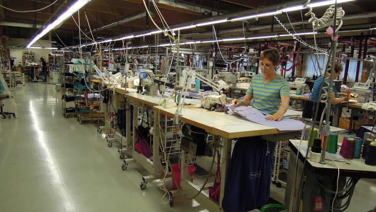 Suurin osa E.Laihon työntekijöistä ompelee seisaaltaan.
