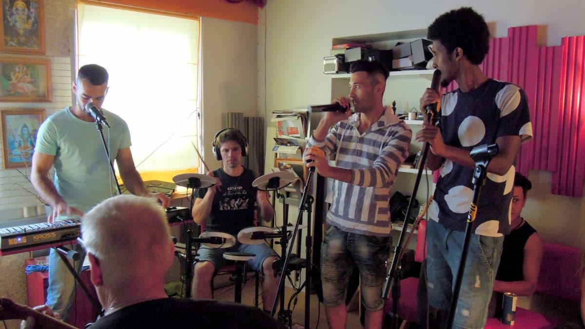 Turvapaikanhakijoiden bändi harjoittelee Raaseporissa.
