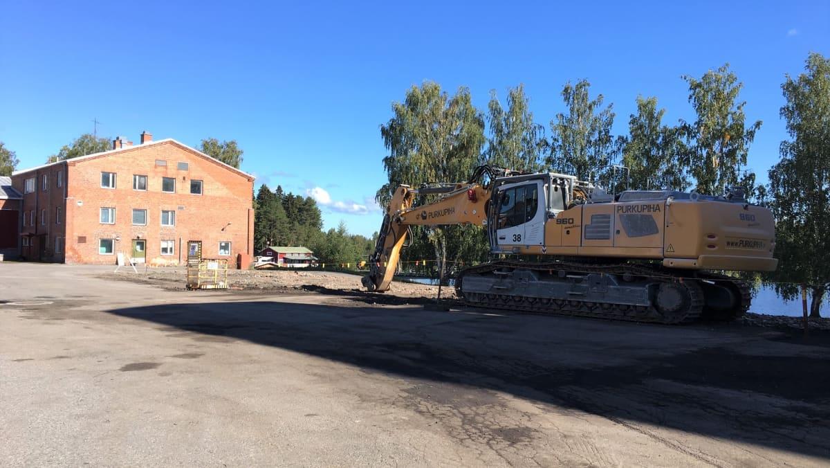 Palanut myllyrakennus on jo purettu Liperin Kirkkolahden ranta-alueelta. Jäljellä on punatiilinen vanha meijeri.