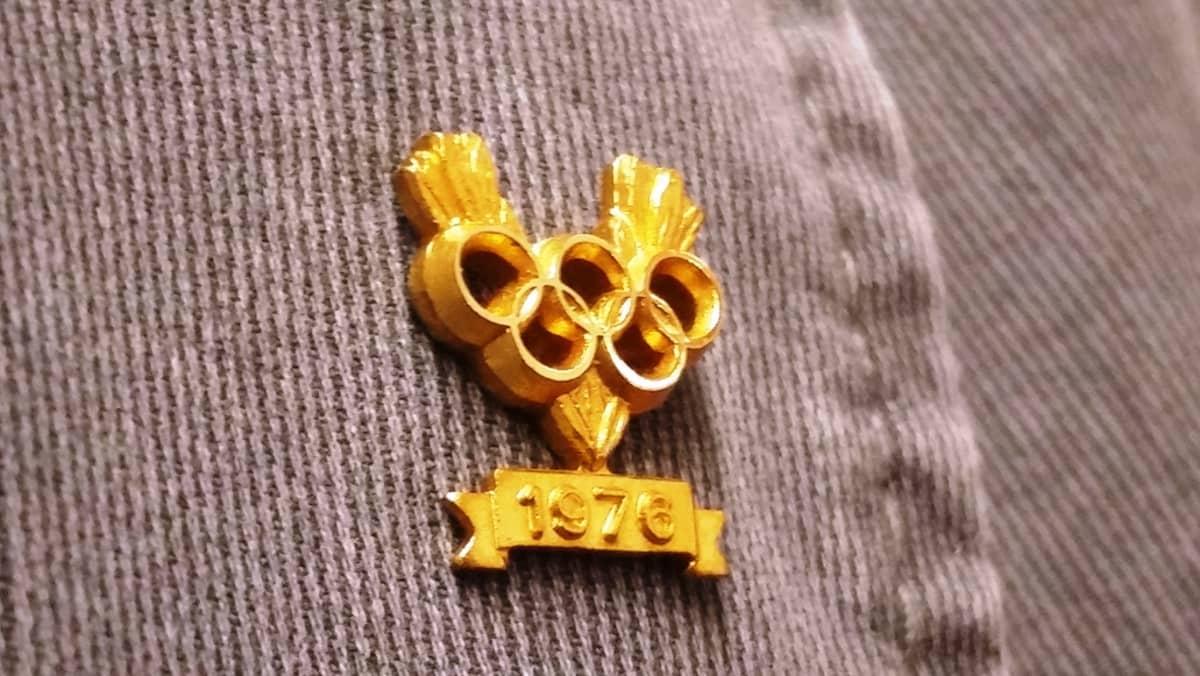 Kultainen muistopinssi Innsbruckin olympialaisista vuonna 1976