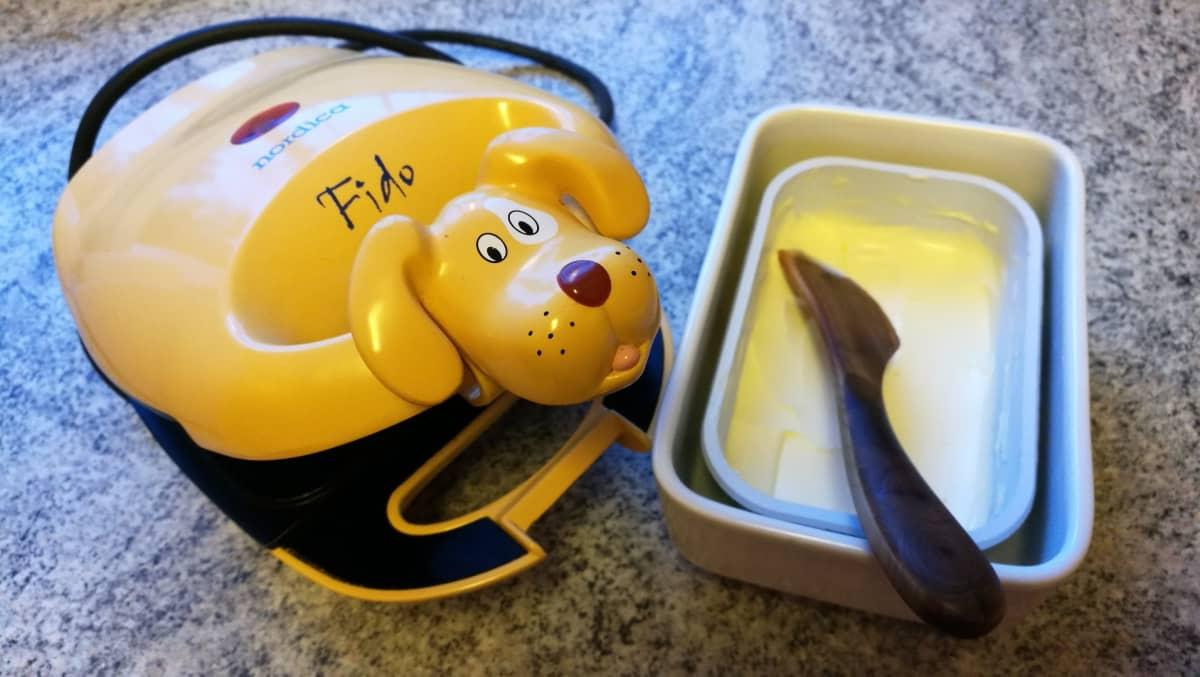 Keltainen lelukoiran näköinen voileipägrilli