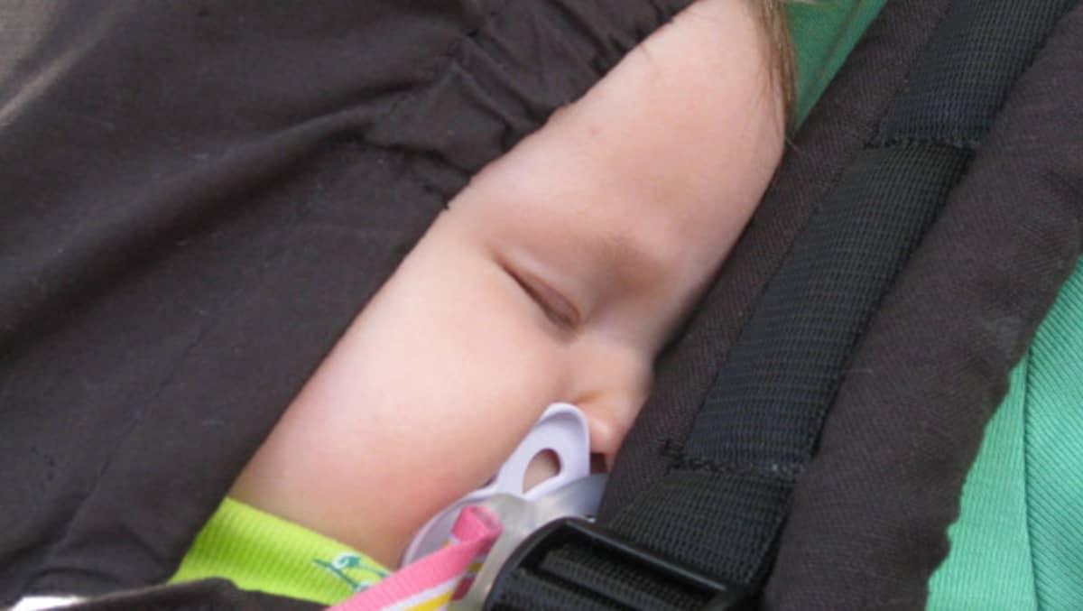 Lapsi nukkuu rattaissa