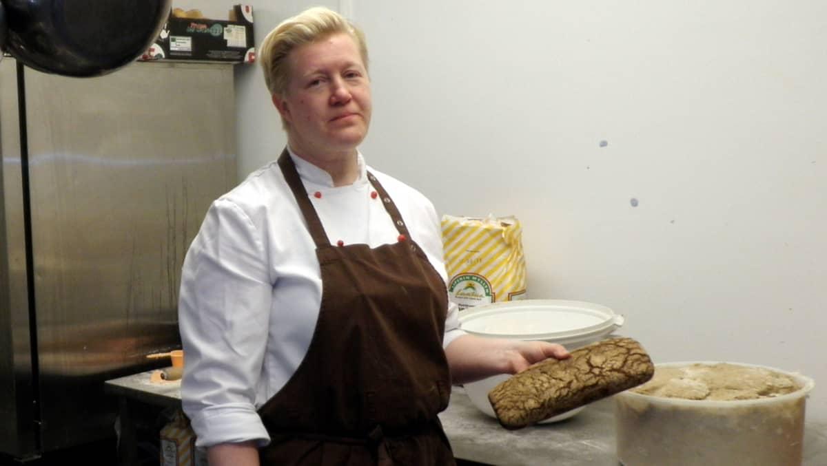 Nainen pitää kädessään ruisleipää