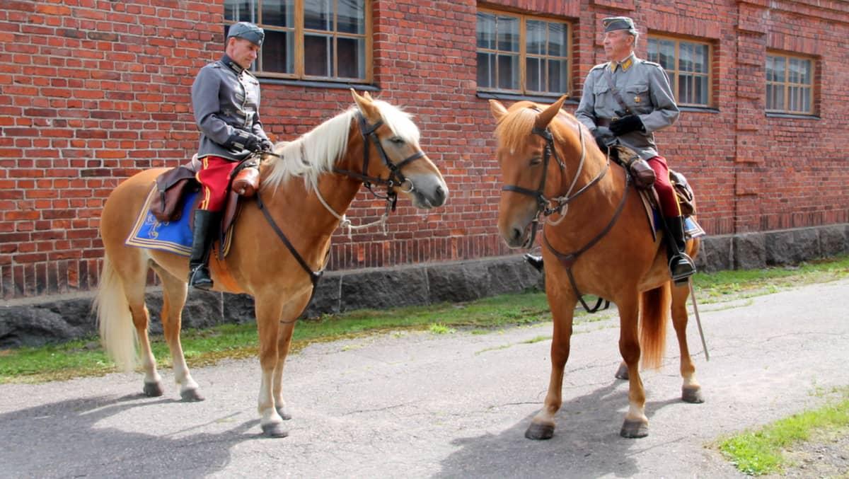 Rakuuna perinneratsastajia Lappeenrannassa 2013 vasemmalla Harri Lappalainen oikealla Reijo Hietamäki  Hevoset Viivi ja Rollo