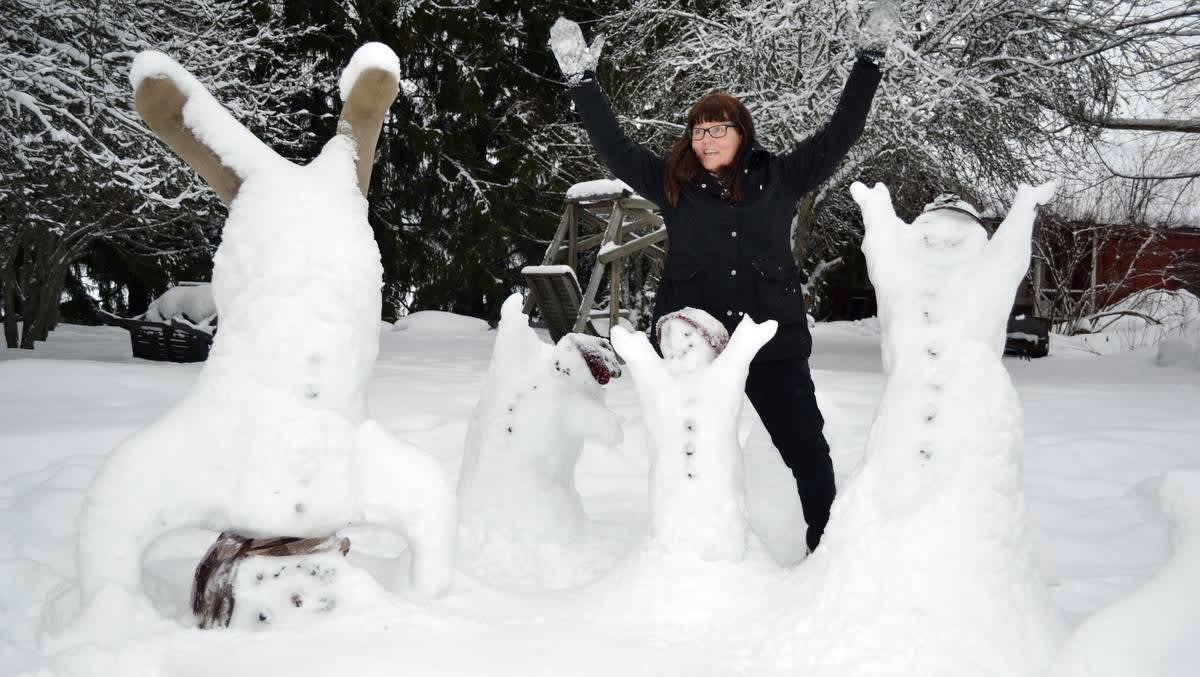 Taiteilija Kirsti Varis ja lumiukot.