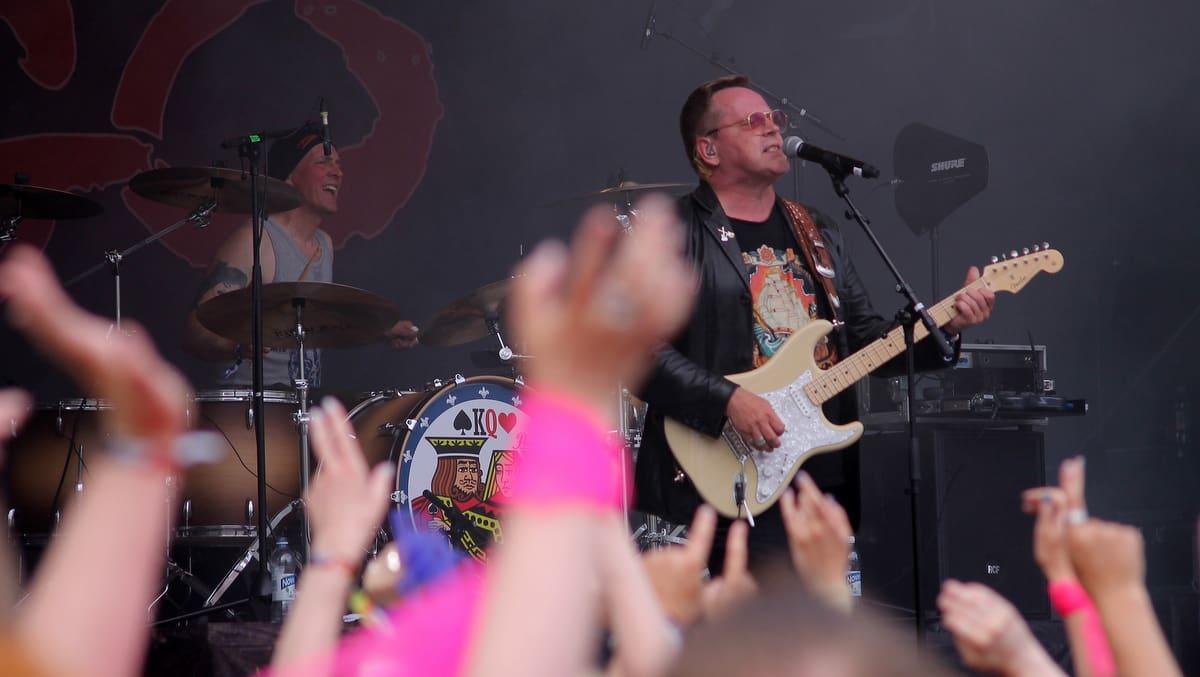 Miehet soittavayt rokkia kesällä 2017
