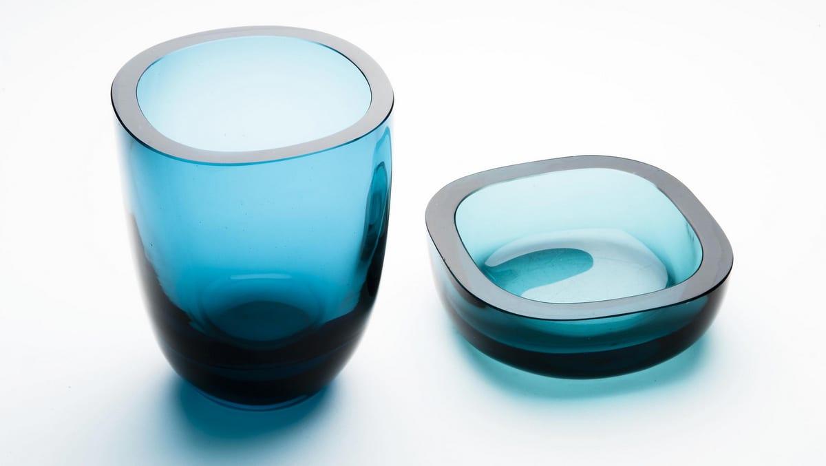 Sinertävän paksusta lasista neliömäinen pyöristelyin kulmin tehty malja ja sen lasinen kansi
