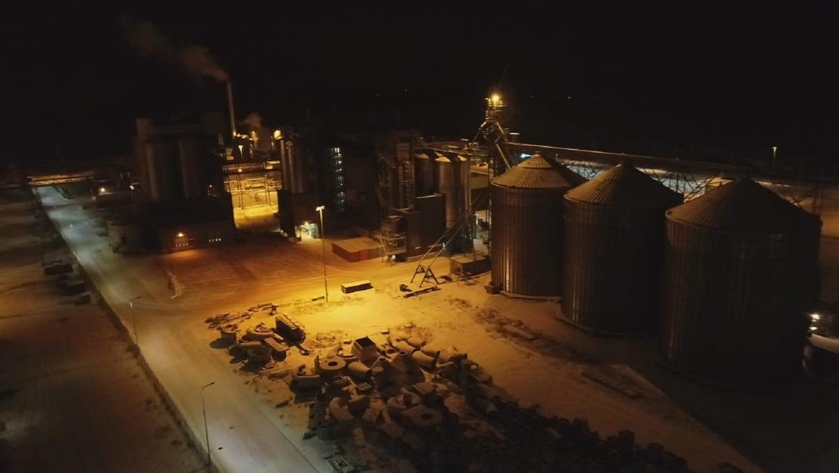 Uudenkaupungin Nordic Soyan tehdas paloyönä, liekkejä ei näkynyt rakennuksen ulkopuolelle.