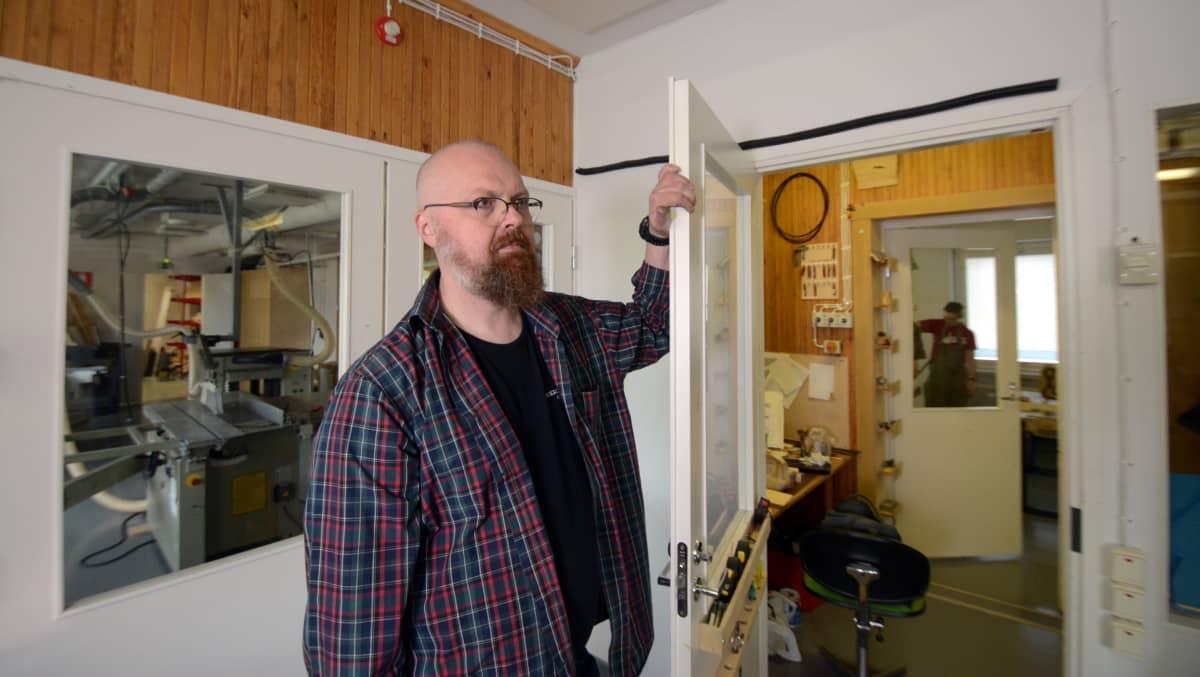 Pekka Matilainen seuraa ovensuusta, mitä luokassa tapahtuu.