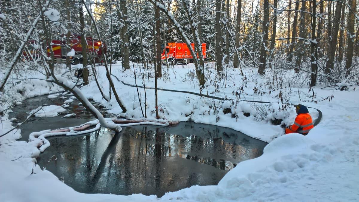Öljyntorjuntaa Helsingin keskuspuistossa 13. marraskuuta 2016.