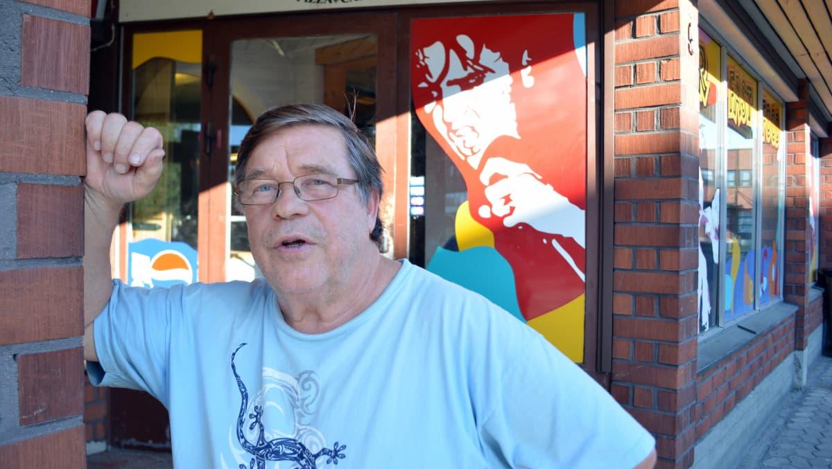 Jorma Raitio kunnioittaa edesmenneen veljensä muistoa pitämällä Elvis-museon hyvässä kunnossa.