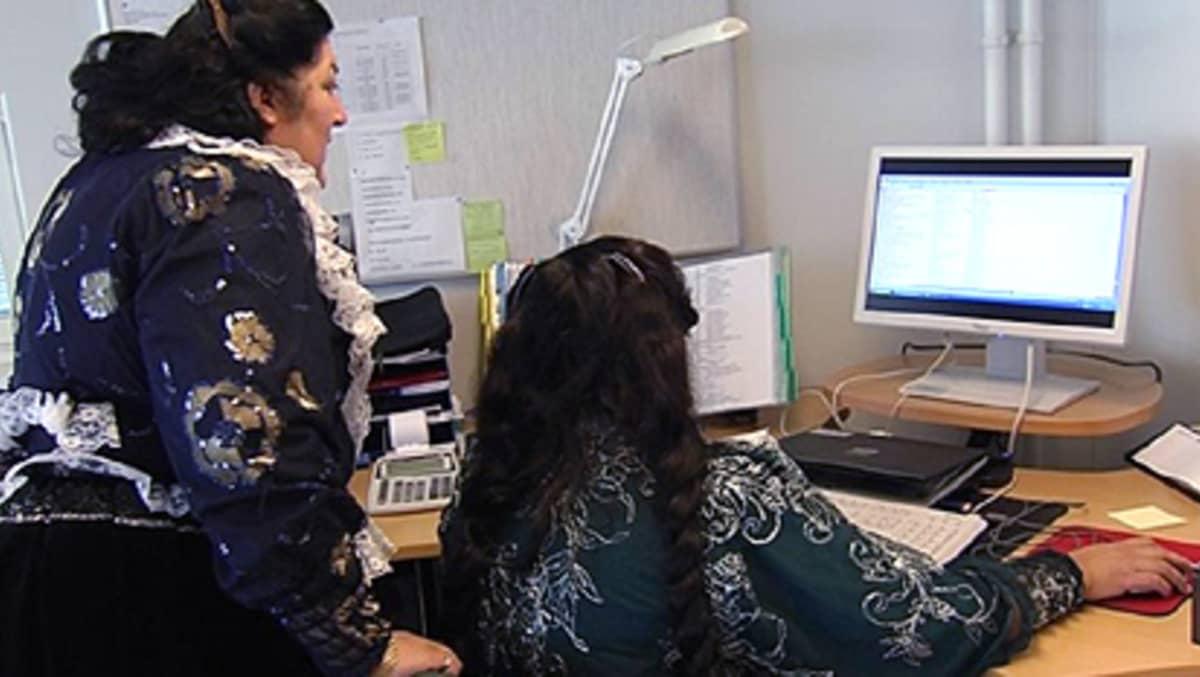 Romaninaisia tietokoneen ääressä
